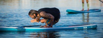 Yoga geht nicht nur auf der Matte im Studio, sondern auch draussen auf dem Wasser auf dem Standup-Board