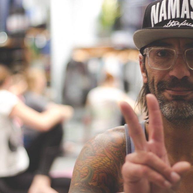 Mike, Yogalehrer für Männer in seiner Lieblingspose