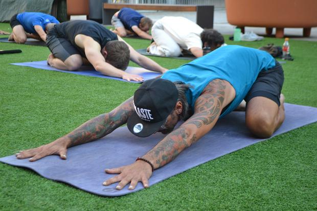 Einfach nur einen Moment sein: Wilde Kerle Yoga für Männer