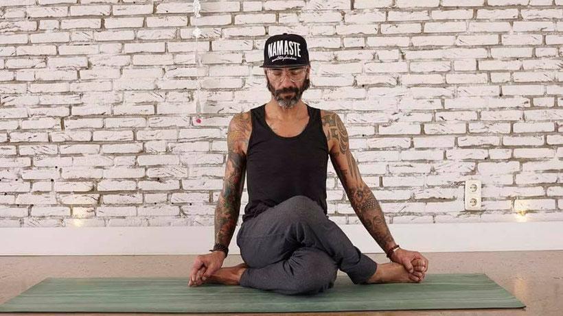 Verfolge den Weg des Yoga mit Leidenschaft, Akzeptanz, Willen, ohne Widerstand und mit Hingabe.