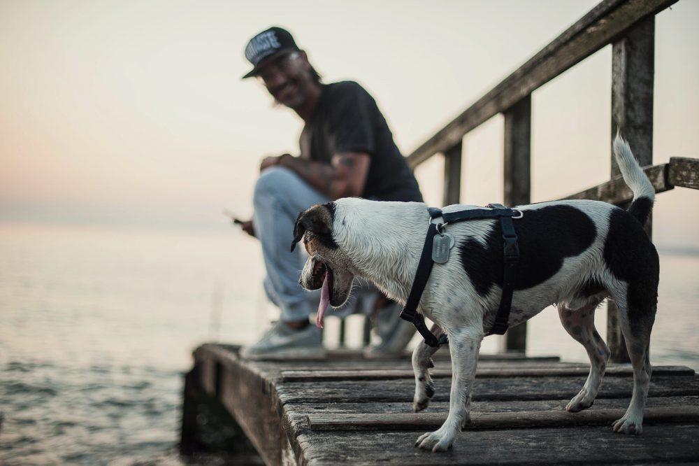 Mike, Yogalehrer für Männer Bein Sunrise am Strand von Travemünde