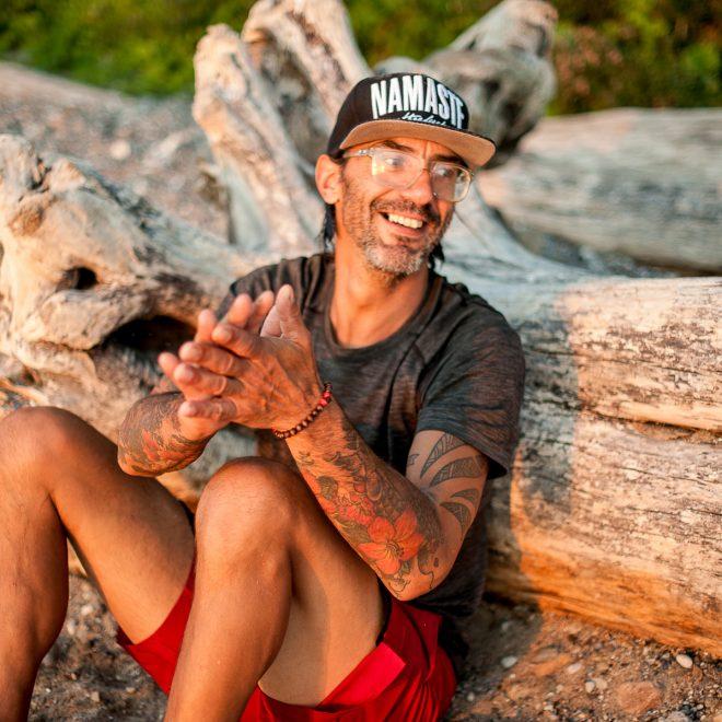 Yoga für Männer Spezialist Mike am Strand von Travemünde Lübeck